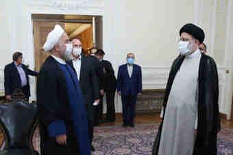 روحانی دفتر کار خود را به رییسی تحویل داد